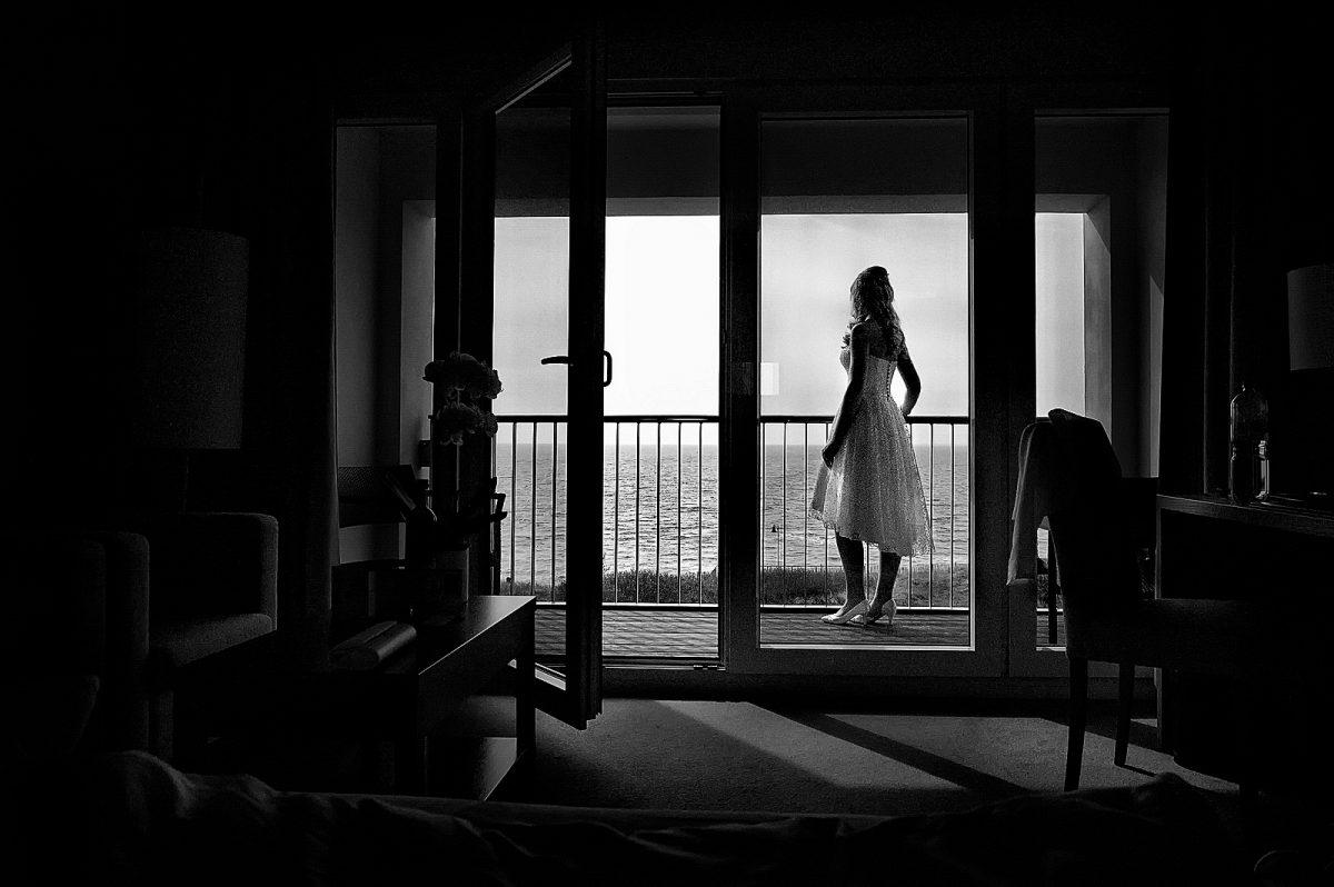 Braut schaut aufs Meer in A-ROSA auf Sylt