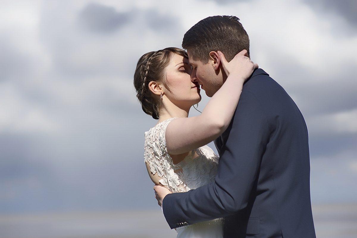 Küssendes Hochzeitspaar auf Sylt