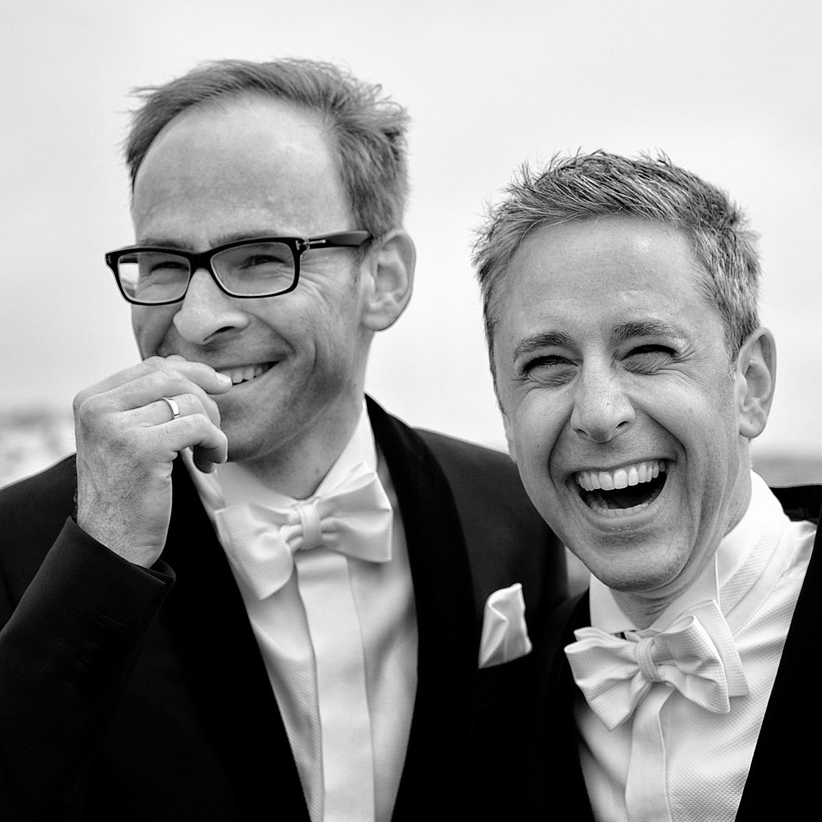 Lachendes schwulen Hochzeitspaar