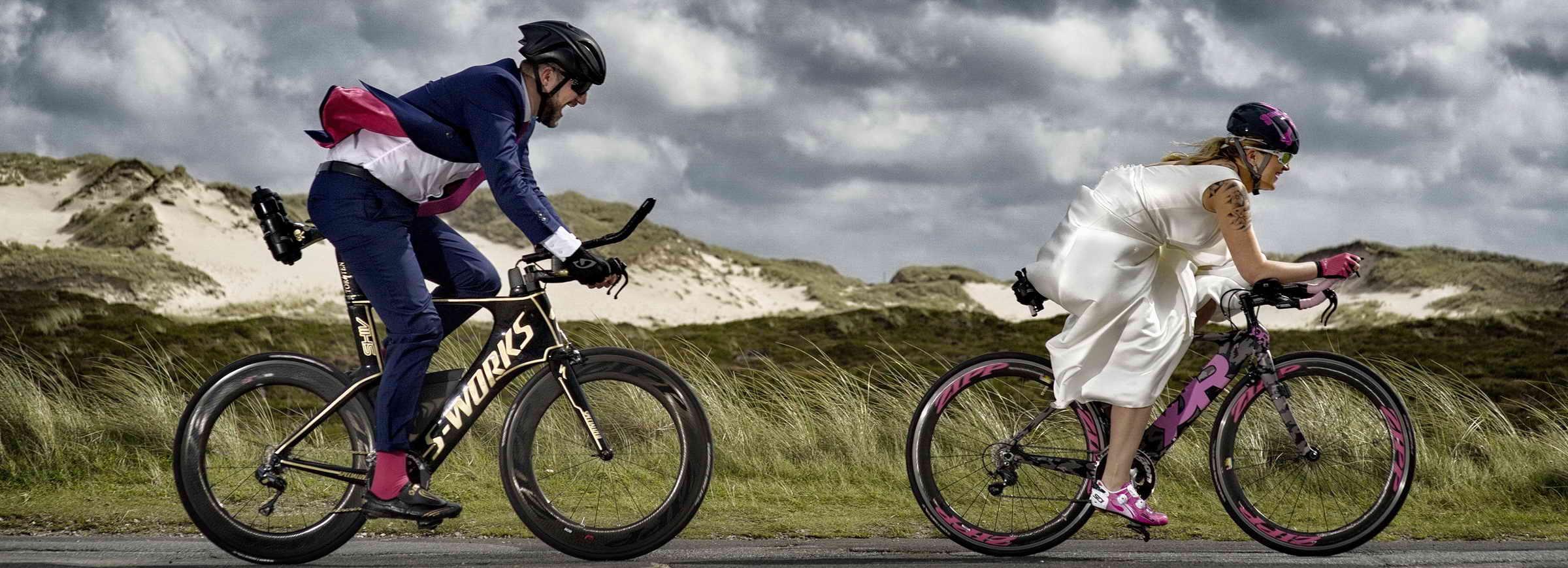 Ein künstlerisches Bild von einem Hochzeitspaar die Triathlon-Räder fahren, das alles in sylter lister Dünen