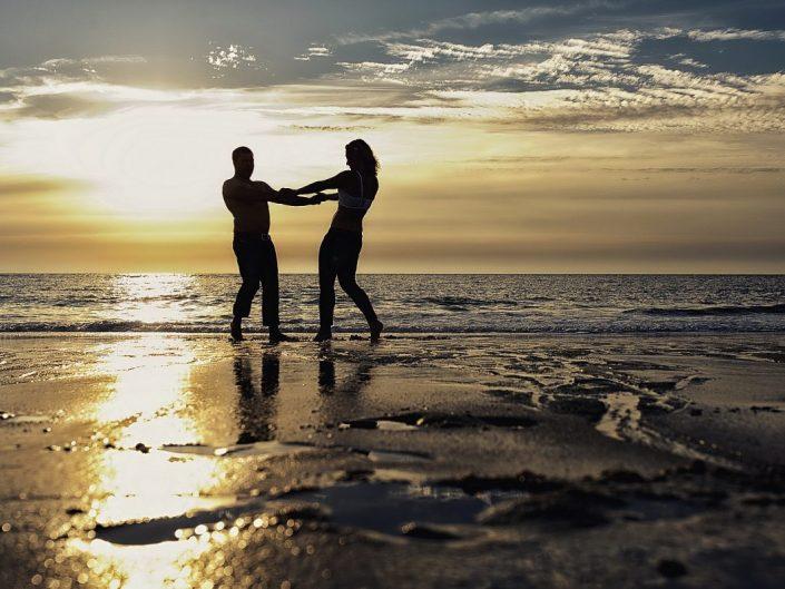 Verliebtes Paar tanzt am Strand