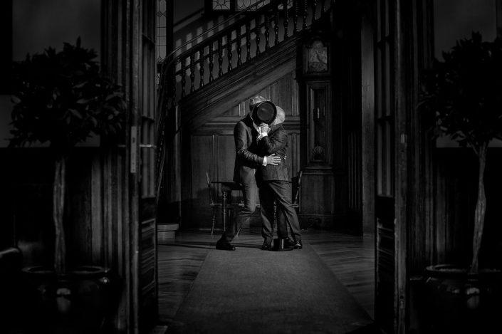 Ein schwules Hochzeitspaar küsst sich in Standesamt Sylt in Westerland - keine Corona in Sicht.