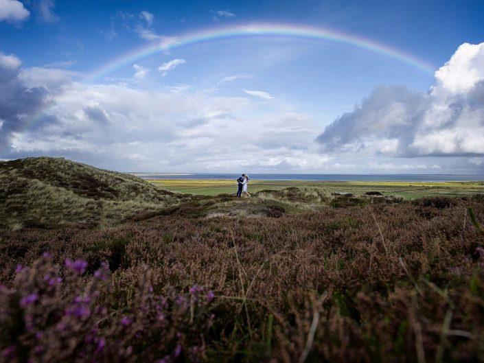Ein Regenbogen über einem Hochzeitspaar auf Sylt