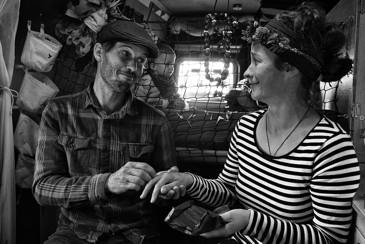 Ein Hippie-Bus-Brautpaar tauchst sich ein Ring in Bus in Dänemark