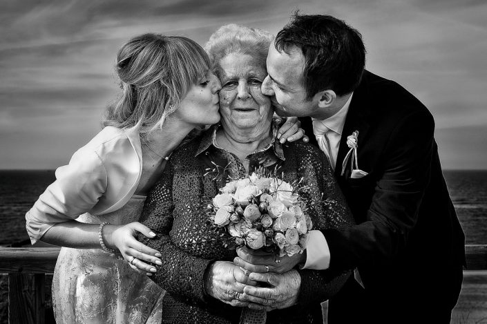 Hochzeitspaar küsst ihre Oma auf Steg in Kampen auf Sylt