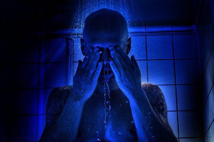 Bräutigam unter der Dusche fotografiert mit blauem Licht