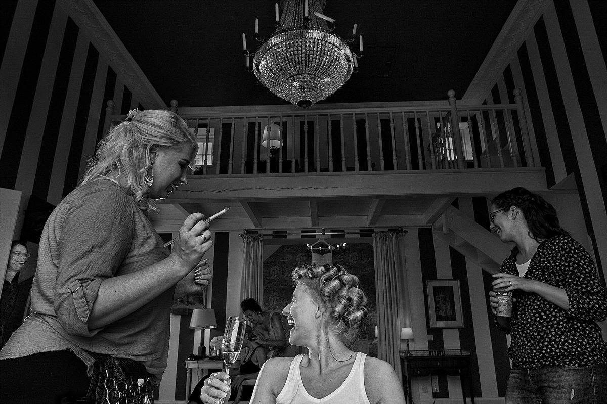 Braut lacht ihre Trauzeigin an in Schloss Hertefeld