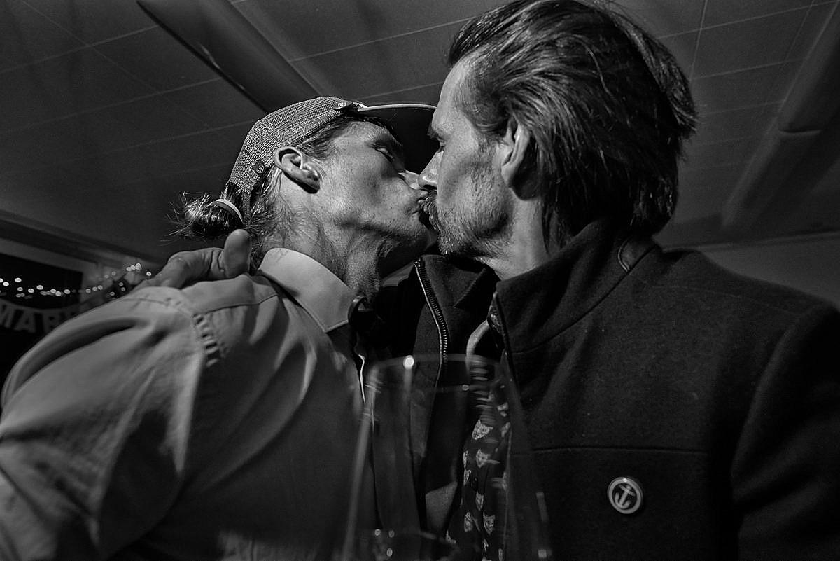 Zwei Männer küssen sich auf einer Surfer Hochzeit auf Sylt
